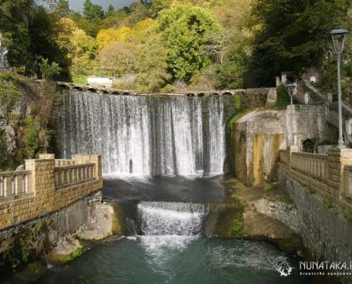 Рукотворный водопад Монастырского парка