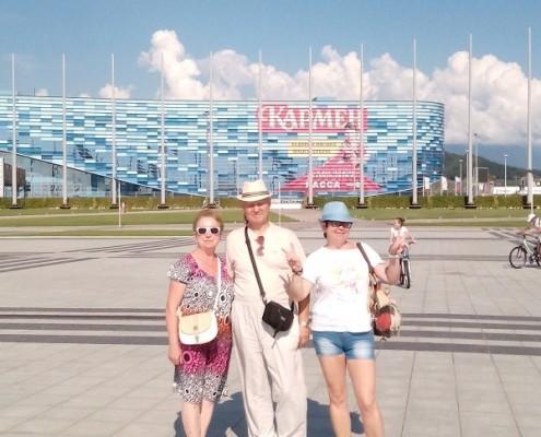 Группа на фоне ледового дворца Айсберг
