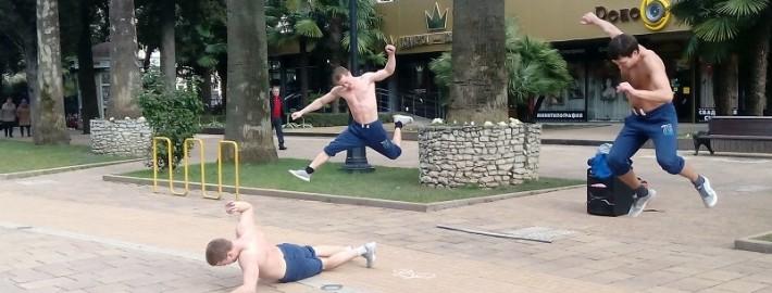 Уличные танцоры на ул.Навагинской