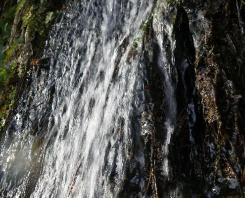 Маленький водопад на дороге