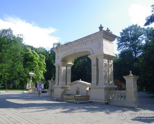 Входная арка в Санаторский парк