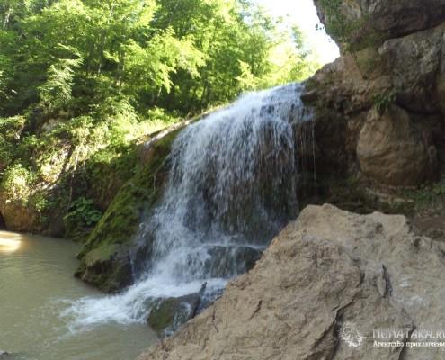 Край гор и водопадов