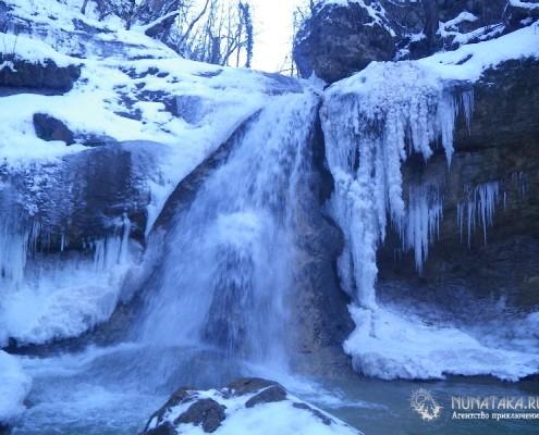 Зимний водопад в ущелье Мишоко